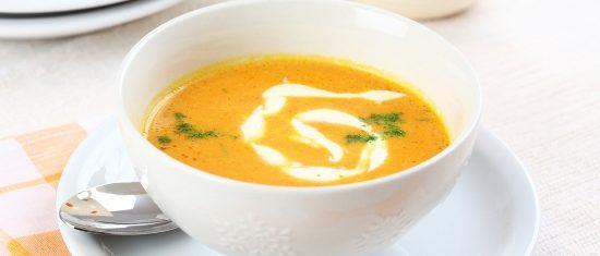 Trinta-morku-ir-obuoliu-sriuba-su-imbieriniu-vaniliniu-kremu